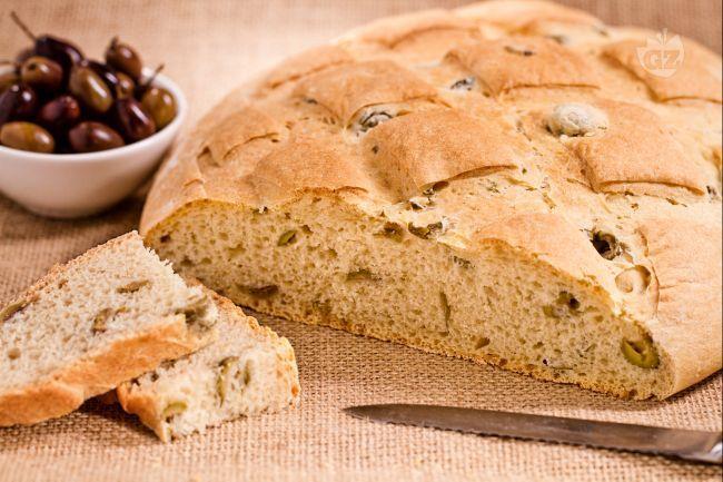 Il pane alle olive è una pagnotta casereccia morbida e saporita ripiena di olive verdi.