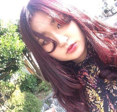 WEBSTA @ wabisukee - 赤髪時代#赤髪#red#ヘア#ヘアカラー#センター分け#ロング#シック#髪型#巻き髪#マニパニ#ワインレッド