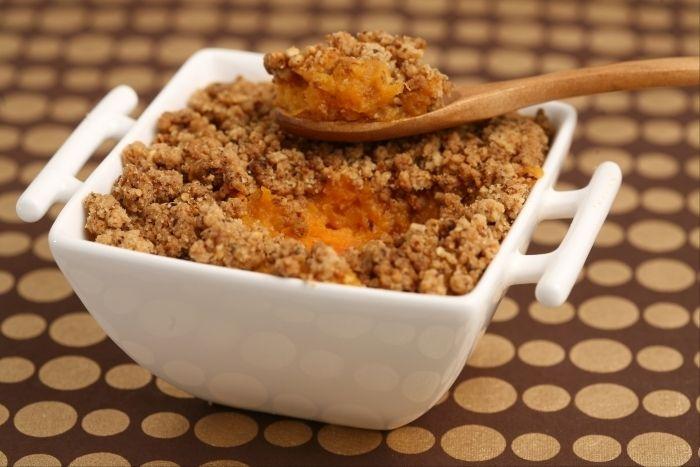 Une purée de carotte et patate douce, recouverte d'un crumble au parmesan et à la noisette.