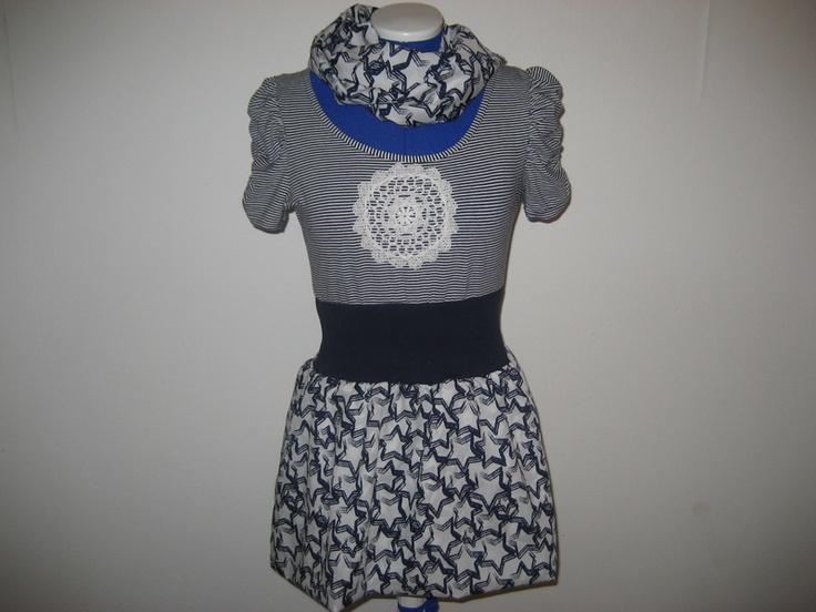 Hier ist es,dein neues Lieblingskleid!  Obenrum verspielt mit gekräuselten Armen,tolle Taillenbetonung durch eine Passe in dunkelblau und ein zuckersü