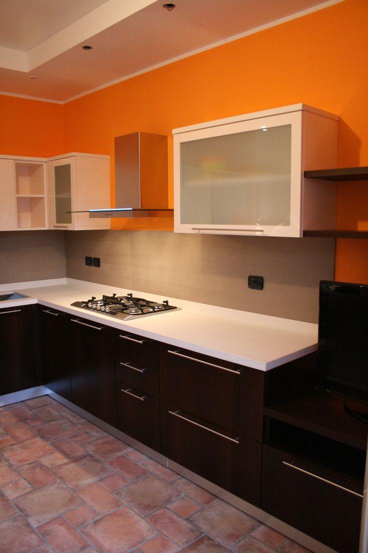 Cucina moderna in rovere tinto nero inserita armoniosamente in un ambiente classico. Il piano di lavoro è realizzato in marmo Rosa Alpi, il frigorifero in acciaio inox Liebherr rende l'arredo tecnico e contemporaneo.