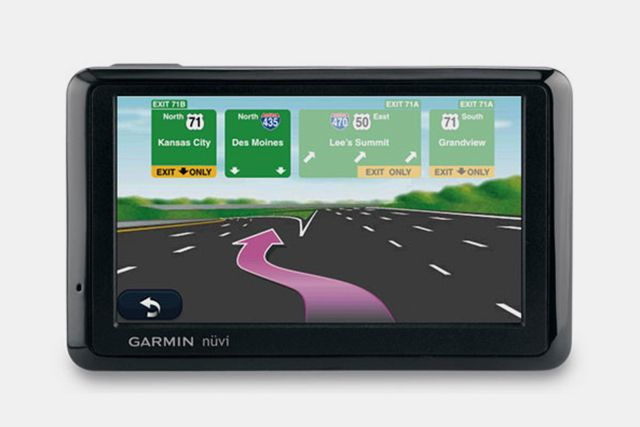 How Do Smartphone GPS and an In-Car GPS Compare?: Garmin Nuvi 1390T dedicated car GPS