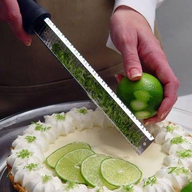 Tra gli accessori da cucina, la grattugia Zester di Microplane® è considerata un vero e proprio must. La forma allungata, il manico soft-touch ergonomico e le lame affilate come rasoi, sono le caratteristiche che la contraddistinguono.