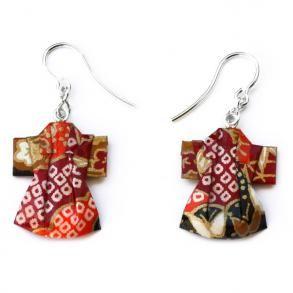 Joyas de papel Basic Pendiente Kimono | Realizados plegando una única pieza de papel tradicional japonés. Engarces en plata de ley.  Tratados para resistir agua y golpes.  Dimensiones aproximadas de la figura. Alto: 2,5 cm Ancho: 2 cm