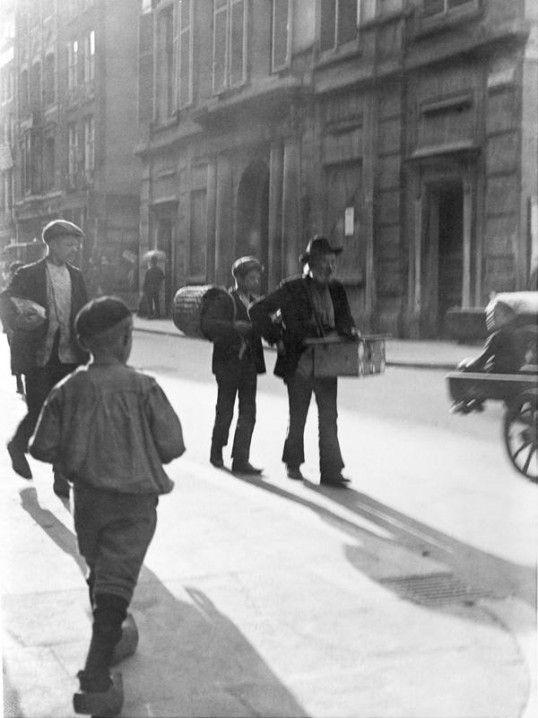 1908. Henri Berssenbrugge, straatventer Centje Duikelaar, Rotterdam