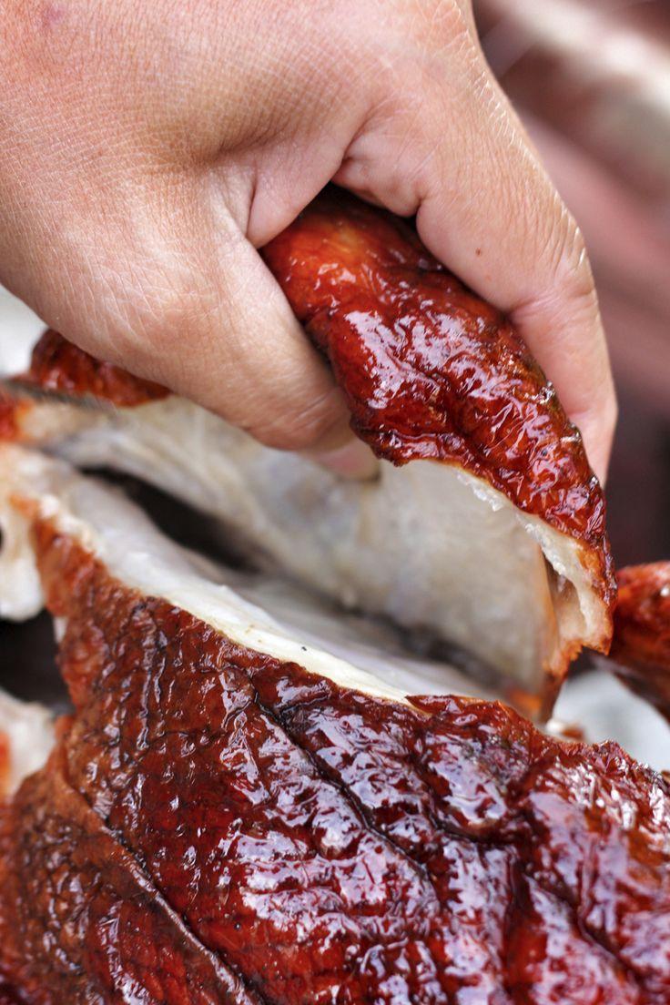 Pekingeend is één van de paradepaardjes van de Chinese keuken. Je ziet de eenden vaak al van ver hangen in de ramen van restaurants, en aan tafel is het vlees heerlijk sappig met een perfect crunchy huidje. Maar hoe wordt het traditioneel gemaakt en zorgen de koks dat het eindresultaat perfect wordt? In deze video …