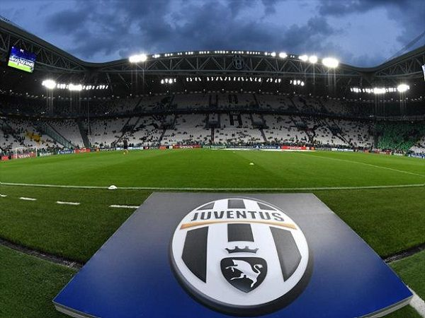 "A Juventus anunciou nesta quinta-feira (1) que vendeu os ""naming rights"" de seu estádio e que, a partir de 1º de julho, o local passará a se chamar ""Allianz Stadium"". O acordo foi firmado entre o clube italiano, a Allianz Italia e a Lagardère Sports, que detinha o nome ""Juventus Stadium"" até o..."