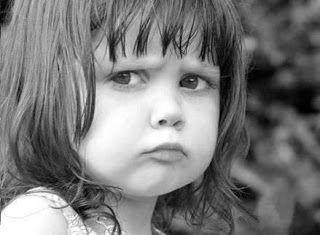KÜSMEK NEDİR BİLİR MİSİN  Küsmek nedir bilir misin? Küsmek dürüstlüktür. Çocukçadır ve ondan dolayı saftır.. Yalansızdır. Küsmek; seni seviyorumdur... Vazgeçememektir. Beni anlatır küsmek. Kızdım ama hala buradayımdır, gitmiyorumdur, gidemiyorumdur. Küsmek; nazlanmaktır, yakın bulmaktır, benim için değerlisindir. Küsmek, sevdiğini söyle demektir... Hadi anla demektir... Küsmek; umuttur, acabaları bitirmektir, emin olmaktır... Yani, diyeceğim o ki: BEN SANA KÜSTÜM !..