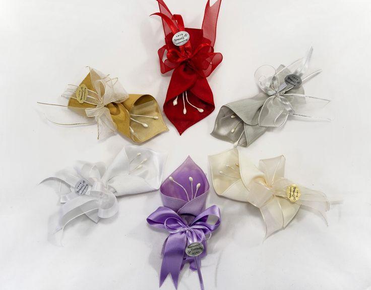 Sacchetto portaconfetti a forma di calla. Esterno in misto lino, interno in raso. Dim. 14 x 6 cm Completo di 5 confetti e bigliettino personalizzabile.