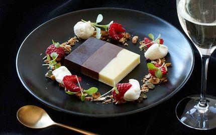Randig chokladterrin, rostad krisp och vaniljkräm