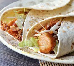 Wraps met kipsaté || kipfilet, tortillawraps, taugé, satésaus, gefrituurde uitjes, ijsbergsla, peper en zout