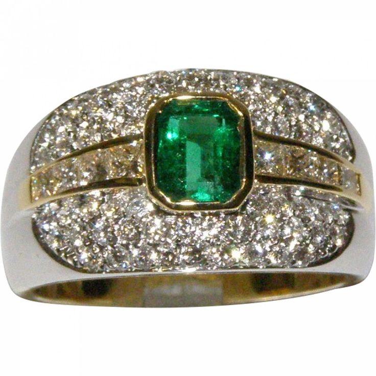 Anello in oro giallo 18 KT di grammi 10.25 impreziosito da uno smeraldo naturale taglio smeraldo di ct circa 0.80 ( pulita e di un bel colore ) e da 8 diamanti taglio princess e da 60 diamanti naturali taglio brillante di totali ct 1.10 purezza IF/VVS colore G . L'anello nella parte superiore misura mm 11.85 mentre il gambo misura mm 3.78 e la misura dito è, 16 ( 56 ) . L'oggetto è usato ma in condizioni perfette e verrà spedito con nostra scatola e certificato gemmologico .(elxx...