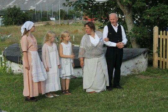 Hr og fru Nielsen klar til at modtage gæster på museet sognefogedgården,  Frederikshavn. På billedet er også datteren Cille og hendes veninde Luna og den unge pige i huset.