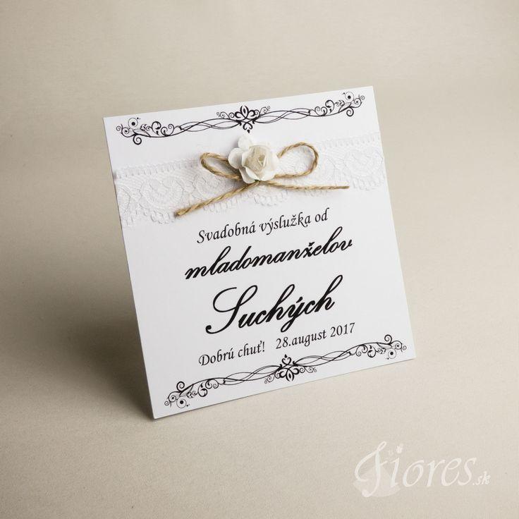 """Svadobné etikety """"Jemná ruža"""" Základom je samolepiaca etiketa v bielej farbe zdobená jemnou romantickou čipkou, ktorá je v hornej časti previazaná jutovou mašličkou s jemným kvetom."""