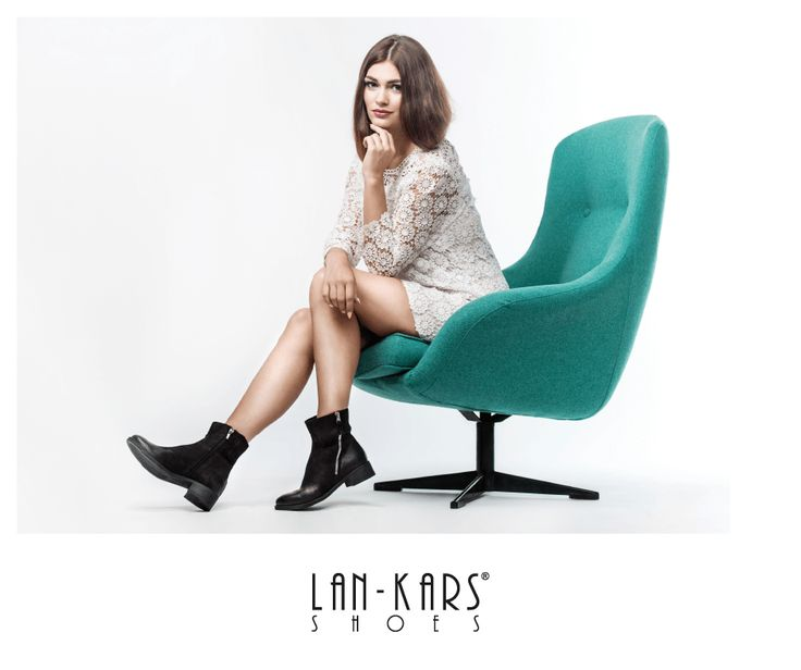 Czarne, klasyczne botki z ciekawym skośnym suwakiem.  #shoes #black #lankars #style #fashion #woman #model #boots #leather #armchair #dress #feminine #minialist #lace #photshoot