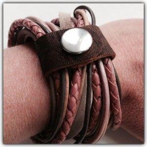 Stoere wikkelarmband van verschillende materialen (grotendeels leer) in verschillende kleuren.  Deze armband heeft de kleuren poederroze, taupe en donkerbruin.