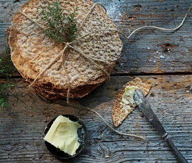 Hembakat knäckebröd är tusen gånger godare än det man köper. Dessutom är det lätt att baka. Här är ett utmärkt recept där vi har kryddat det knapriga brödet med fänkål, anis och en gnutta salt.