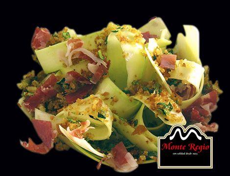 Tallarines de calabacín con queso fundido y virutas de jamón ibérico #MonteRegio ¡un diez!