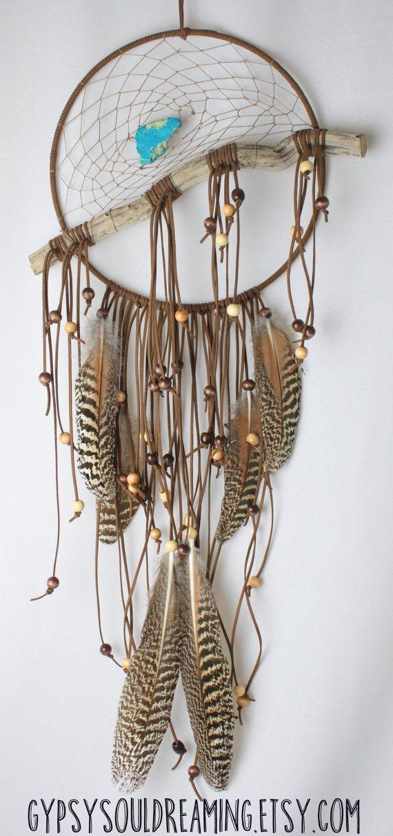 Grande brune & naturelle de Cerqueira avec bois flotté, de chanvre, de perles en bois et de cruauté gratuite plumes de paon femelle - Vegan Friendly