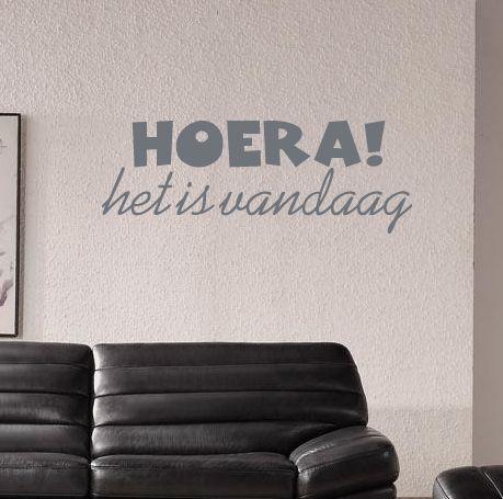 Een vrolijke muursticker met de tekst Hoera het is vandaag. Maak van iedere dag een feestje met deze sticker.