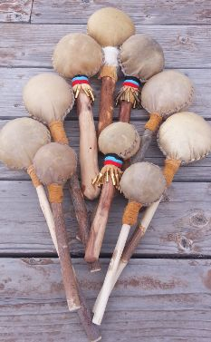 Native American rattles.  Native Américain Drums-Tachini Drums.