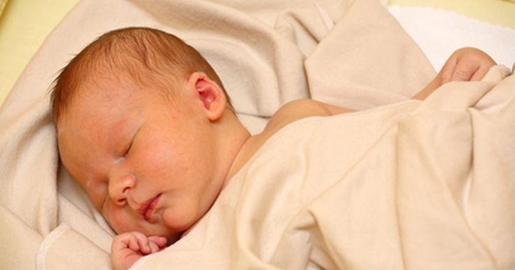 Como dormir com um recém-nascido na cama. Trazer um recém-nascido para casa é um dos momentos mais felizes da vida, embora o descanso possa, muitas vezes, parecer impossível. A maioria dos pais não tem a intenção de permitir que o recém-nascido durma em uma cama com eles, mas em algum momento, acabam cedendo na esperança de que o bebê durma mais. Quando você permite que o recém-nascido ...