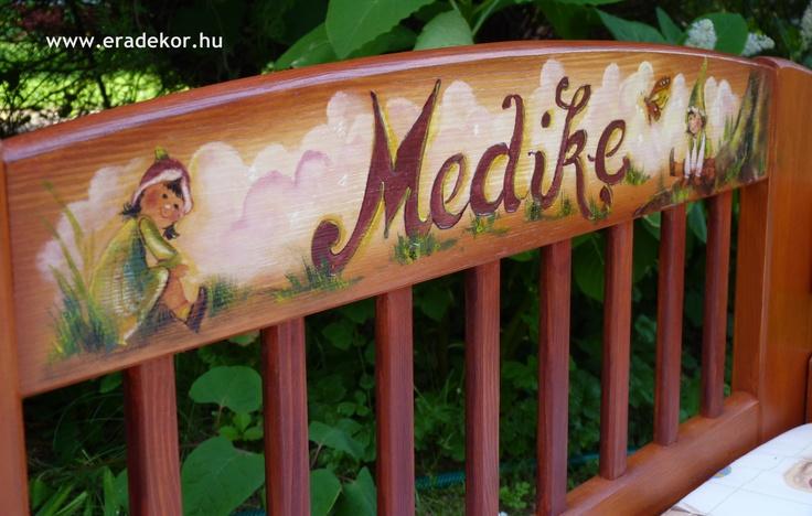 A tulajdonos keresztneve a fejtámlán - Medike névreszóló tömörfenyő festett hosszabbítható gyerekágy ágyneműtartóval, leesésgátlóval. Fotó azonosító: AGYMED10
