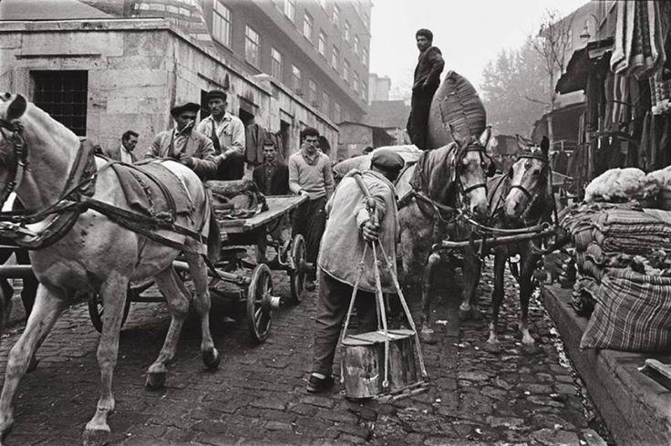 """Tahtakale, Istanbul 1956.  """"Sırtımıza yüklenen bu ağırlık bizi yürüten, Ayakta durmaya teşvik eden."""""""