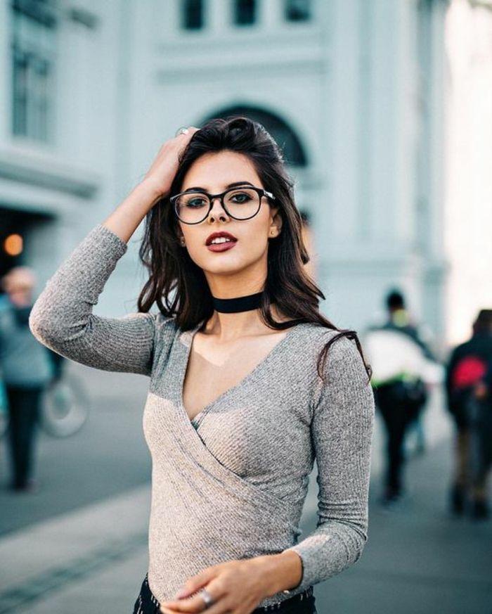 grande monture lunette femme en noir, lunette pour visage rond, lunettes  morphologie visage, jeune femme dans la rue avec une blouse en gris pastel d0e61c03893d
