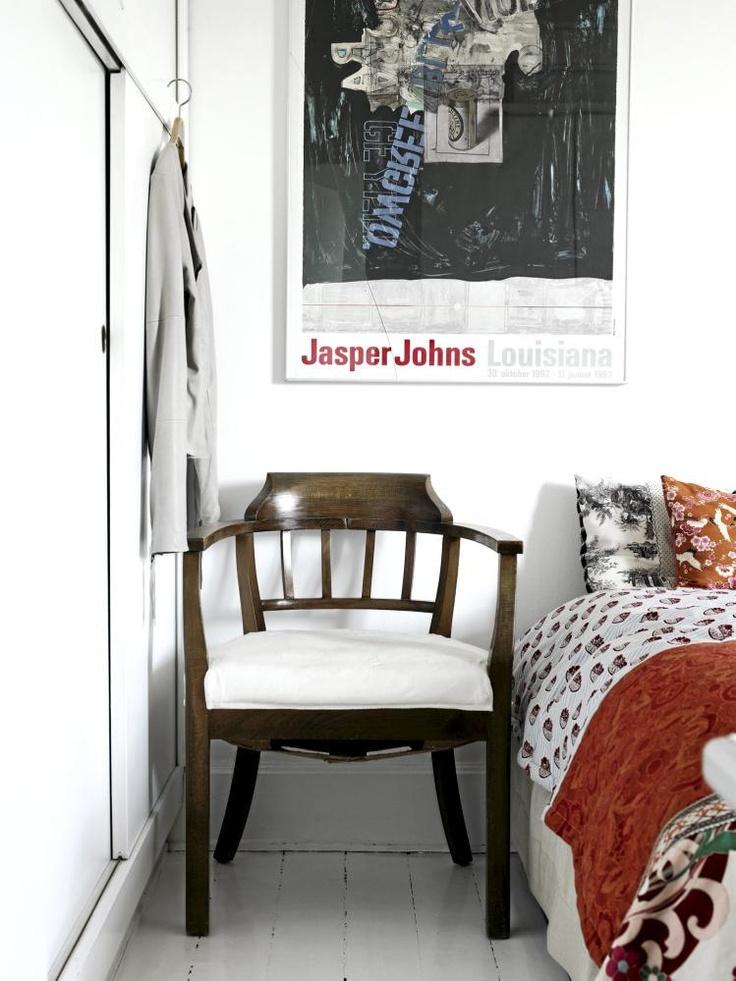 Garderobeskapet er i helvhitt, som veggene, og med skyvedører for å spare plass. Sengen er en salig blanding av tekstiler i ulike farger og mønstre. En liten haug av puter, kombinert med et lappeteppe. Styling: Lise Septimius Krogh.