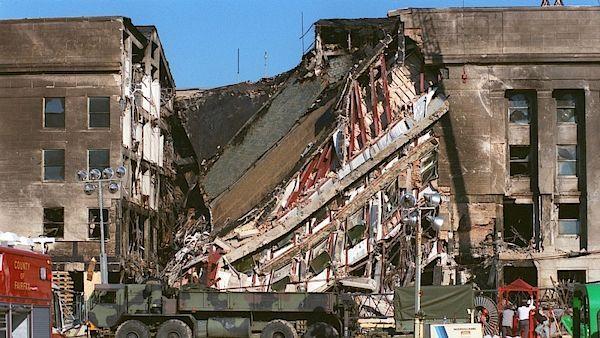 Útokem poničená zeď Pentagonu 12. září 2001