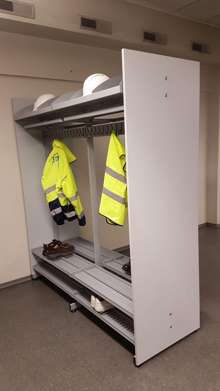 Monipuolinen järjestelmänaulakko säilyttää myös kypärät, turvakengät ja huomioliivit moitteitta. Vain mielikuvitus on rajana. www.jamito.fi #stand #lobby #storagesystem #storaging #naulakko