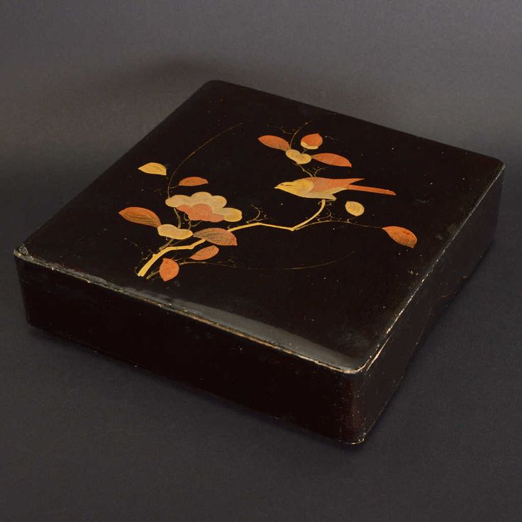 Finely decorated with naturalistic motifs. It needs a light restoration. Size: 20 x 20 x 6 (H) cm.