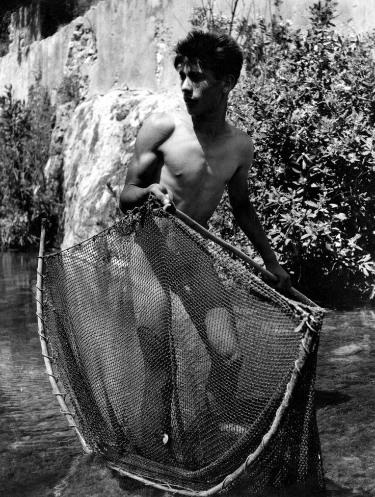 Helbig, Konrad: Boy fishing in Anapo River
