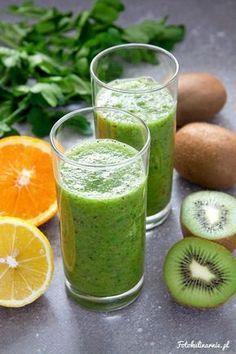 Niezwykle zdrowy zielony koktajl z kiwi, natki pietruszki, soku z pomarańczy i cytryny, z odrobiną miodu. To bomba witamin i szalenie zdrowego chlorofilu.