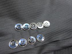 輝いてるボタンを探しに秋葉原へ   先日ご来店頂いた御客様から このスーツに付いてるボタンを探して下さい  こういう御注文です  他のテイラーさんで注文されていたのを 今度 当店に来て頂いたのですから 見つけないと  さっそく秋葉原の電気街へ ここから神田須田町界隈は 生地屋さんやボタン屋さん 裏地屋さんが けっこうあるんですよ  ありました ありました ラッキーです  輝くボタンをゲットです