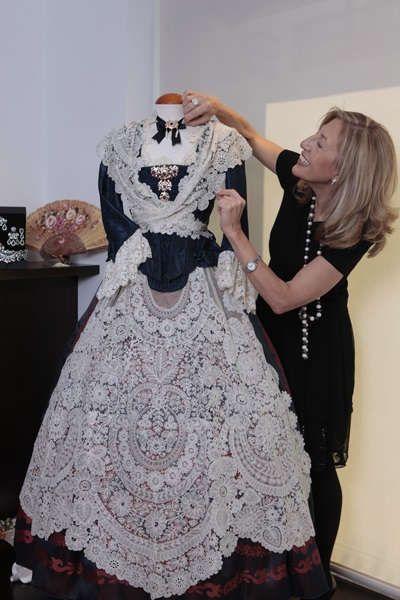 Alejandrina Pitarch junto a uno de los trajes confeccionados