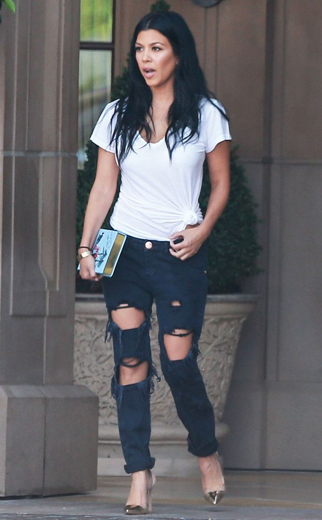 Can't Beat a Classic de Kourtney Kardashian's Mommy Style You really can't go wrong with a sleek white T-shirt and ripped jeans combo!