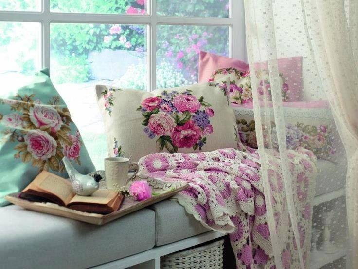 un petit coin avec des coussins, un livre, du thé et un doudou ... que demander de plus ?