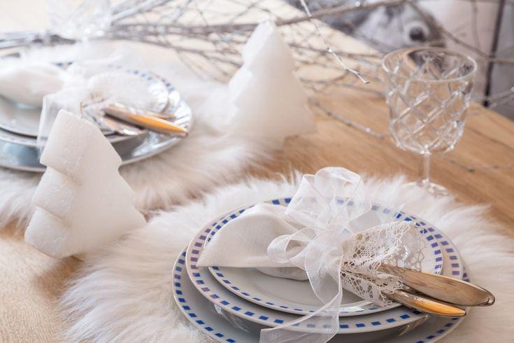 Prostřete klidně a střídmě, tak, jak napovídá sama zima. Evokuje bílé barvy a sluší jim strukturované materiály působící v sousedství stříbrných kovů a skla úpravně a křehce. Sáhněte po krajkách, těžších textiliích nebo dokonce po módních kožešinách.