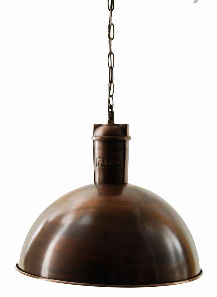 En rustik och industriell taklampa i rostbrun. Lampan är handgjord och varje lampa är därför unik. Slitaget ger lampan sin charm.Ljuskälla ingår ej.