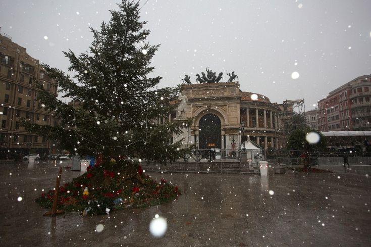 Nevicata a Palermo: in tarda mattinata fiocchi bianchi sono tornati copiosamente a cadere sulle strade della città. (foto Igor Petyx)