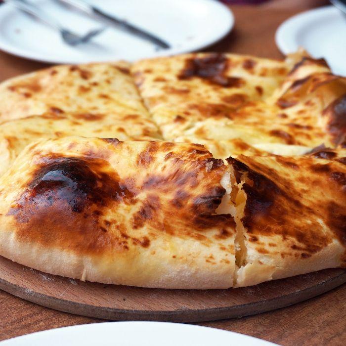 Georgiens Spezialität gibt es in verschiedensten Variationen; diese hier ist eine leckere und einfache Kombination aus Käse und Brot.