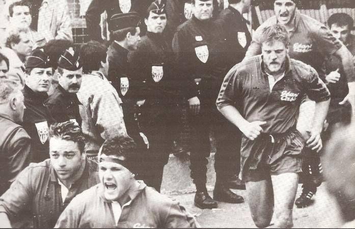 Entrée sur le terrain des Biterrois lors de la demi-finale contre Bègles en 1991