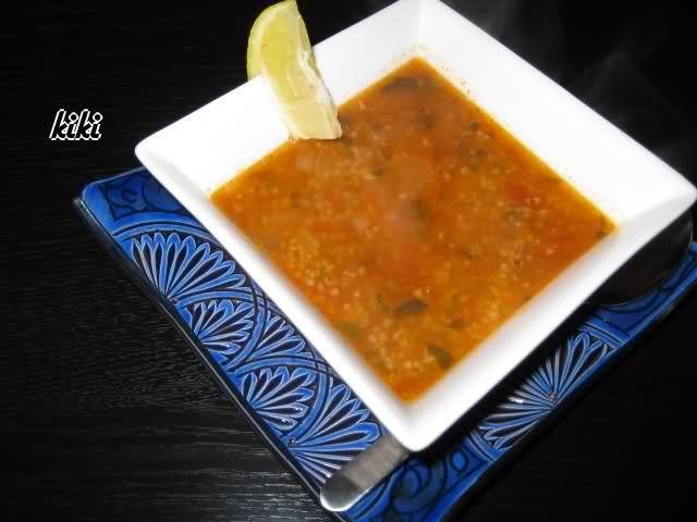 Vandaag simpel rode kool, mergeuz, gestoomde aardappelen en Tunesische soep. Het is een beetje net als harira, maar dan veel lichter. Bak eerst de gehakte groenten en kruiden even in wat olijf- en maisolie aan.