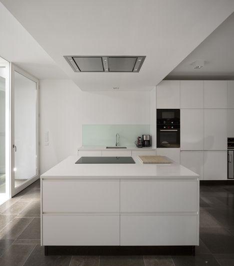 Blancos, piedra y madera combinan en esta casa sobre la ladera.