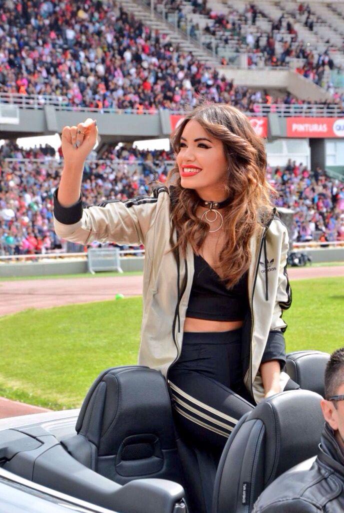 Lali saludando los fans! #LaliEnCordoba