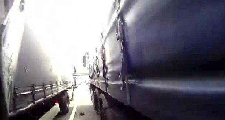 Motociclista Apressado Acaba Preso Entre Dois Camiões
