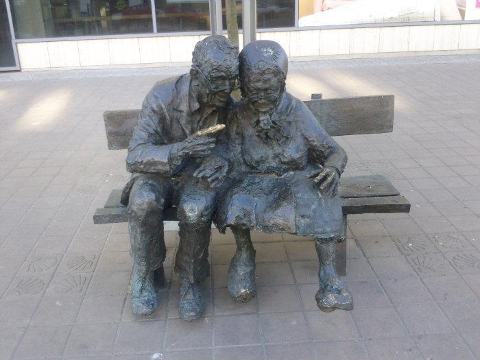 Para Kaszubów na ławce, Ławeczka Kaszubów;  #Gdynia, Plac Kaszubski