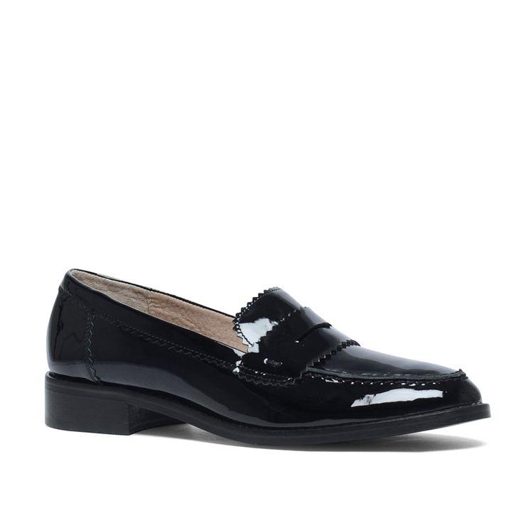 Zwarte loafers lakleer  Description: Deze zwarte loafers zijn een echte musthave! De loafers hebben een binnenzijde van leer en een buitenzijde van lakleer. Bijzonder aan dit model is het subtiele zigzag patroon over de gehele schoen. Combineer de zwarte loafers onder een basic jurkje of kokerrok voor een stijlvolle uitstraling. De maat valt normaal en de hakhoogte is 2 cm gemeten vanaf de hiel.  Price: 89.99  Meer informatie  #manfield